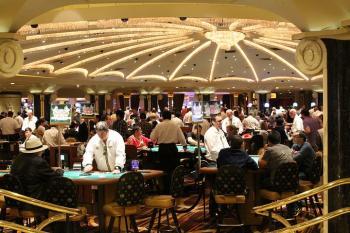 Salle casino, tables, poker, croupier, joueurs